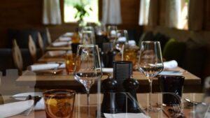 ECONOMIC: De astăzi se redeschid restaurantele. Vor funcționa dupa norme de distanțare pentru prevenirea răspândirii Covid-19