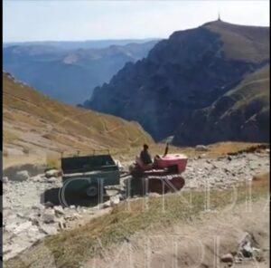 BUCEGI: Un tractor cu șenile circulă, în aria protejată, pe poteca destinată turiștilor ce urcă la Omu