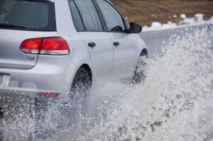 POLITIA: Conduceți prudent, pe timp de ploaie!