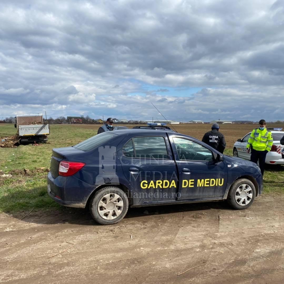 Autovehicul confiscat de Garda de Mediu Dâmbovița, pentru că descărca deșeuri